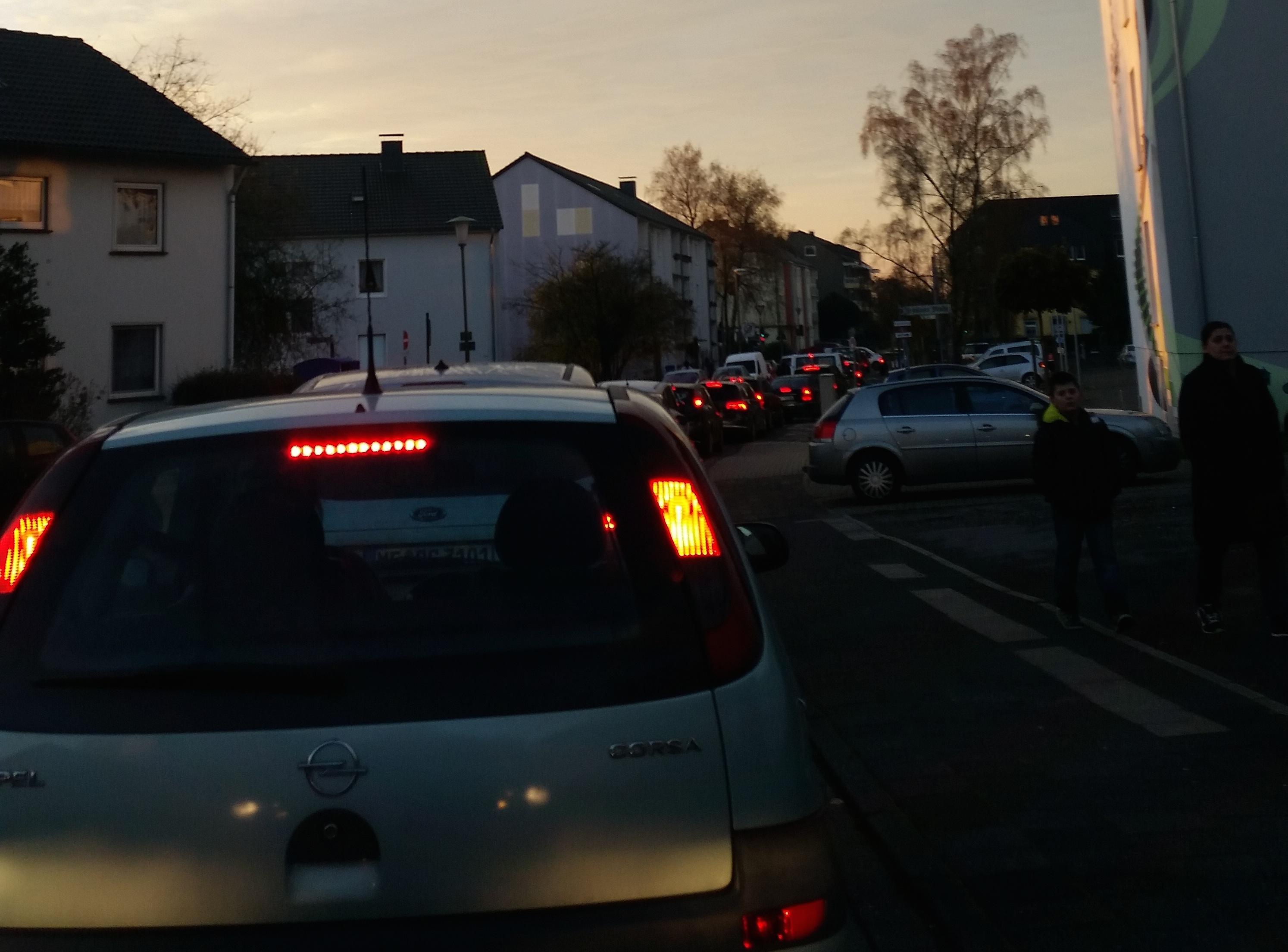 Nicht nur auf der Düsseldorfer Straße staut sich der Verkehr morgens in Richtung Düsseldorf. Auch die Nebenstraßen, die Berliner- oder wie auf dem Foto die Breslauer Straße, sind verstopft. Foto: Archiv TME