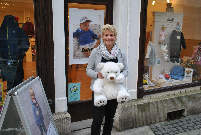 """Mitten in der Fußgängerzone - im Haus Wilhelmstraße 173 - führt Karin Schwanbeck das Geschäft """"Eisbär Kids und mehr"""". Foto: TME"""
