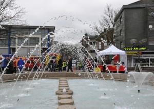 Ab Sonntag sprudelt der Brunnen wieder. Das wird gefeiert. Foto: Archiv TME