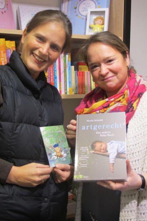 Spielplatzpatin Nicola Hengst-Gohlke (l.) und Katja Kobold von der Buchhandlung Rose Schlüter mit dem neuen artgerecht-Ratgeber. Foto: privat