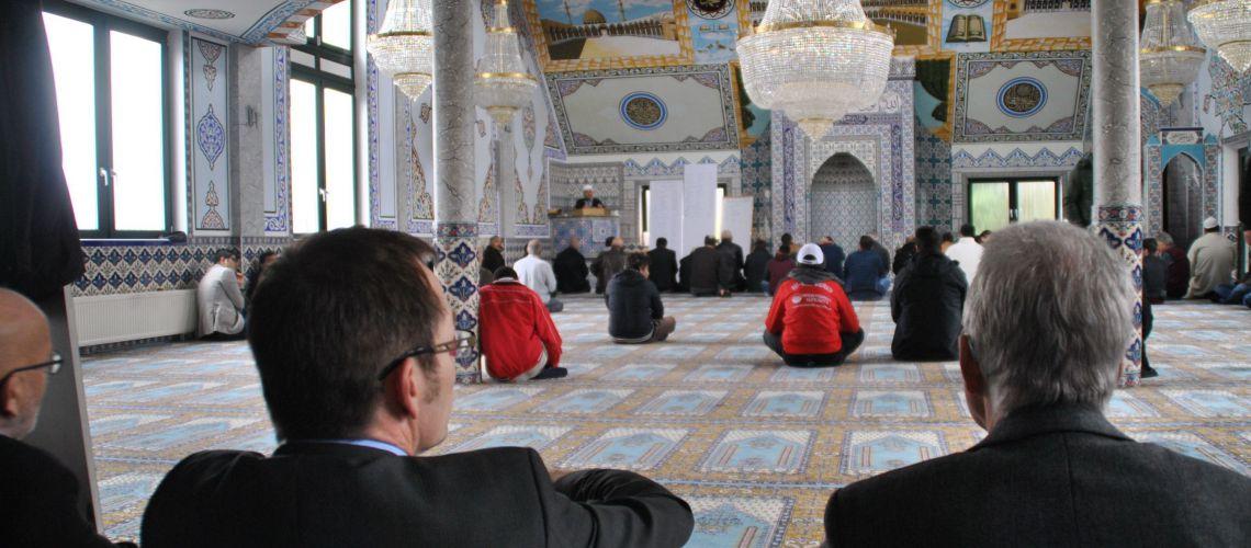 Mehr als 20 Wülfrather Christen folgten dem Ruf, heute am Freitagsgebet in der Moschee teilzunehmen. Foto: TME
