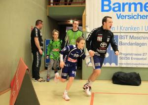 Motiviert läuft Fabian Claussen in die Halle ein. Foto: Roland Lausberg/Rondlarg Photos