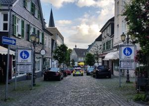 Bis die Oberstraße in einen  verkehrsberuhigten Bereich umgewidmet wird, dauert es noch eine Weile. Archivfoto: TME