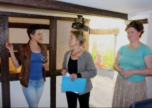 Die Kunsthistorikerin Monika Kißling (Mitte) mit den Künstlerinnen Anja Koal (l.) und Rhea Standke. Foto: TME