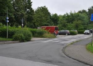 Heute Parkplatz, morgen Feuerwehrstandort? Hier könnte die Wagenhalle am Rotdornweg entstehen. Foto: TME