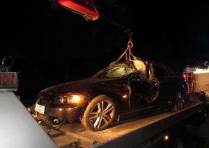 Mit schwerem Gerät der Feuerwehr musste der BMW geborgen werden. Foto:Polizei
