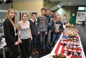 Die Schülerinnen und Schüler, die im kommenden Jahr am USA-Austausch nehmen wollen, haben Marmelade und Kekse angeboten.