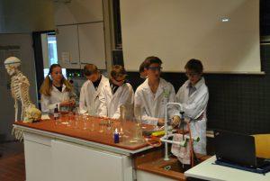 Schüler führten einen Chemie-Krimi auf.