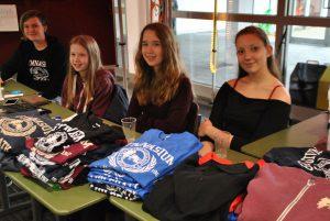 T-Shirts, Hoodies und Jacken gab es bei der Schülervertretung.
