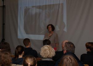 Die Autorin Maren Gottschalk im Gespräch mit Schüler über die Widerstandskämpferin Sophie Scholl. Foto: TME