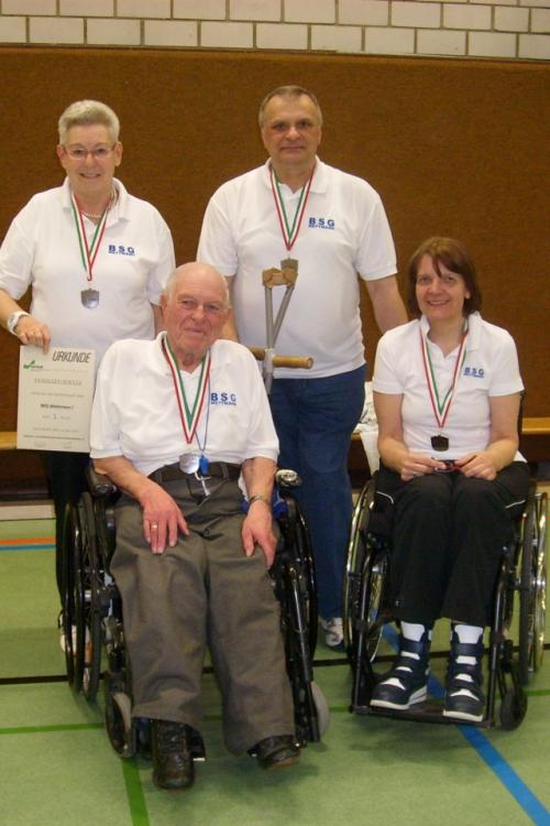 Das Mettmanner Team: Sigrid Erhard, die Vorsitzende der BSGM (im Rollstuhl), Birgit Büscher, Hans Stauff (im Rollstuhl) und Stanislaw Jarzecki. Foto: privat