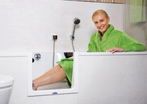 Der hohe Wannenrand wird zur unüberwindlichen Hürde? Die Tecnobad-Experten bauen nachträglich eine praktische Badewannentür ein, die gefährlichen Stürzen vorbeugt und nicht nur Best Agern einen bequemen Ein- und Ausstieg ermöglicht. Foto: epr/Tecnobad