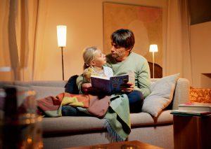 Dimmung bringt Stimmung: Ob beim Vorlesen, Fernsehen oder Abendessen, gedimmtes Licht erzeugt stets die richtige Atmosphäre – und spart dabei sogar Strom. Foto: epr/Hager Vertriebsgesellschaft