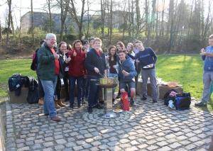 Mitglieder des Jugendrates und des Bürgerforums haben heute im Goethepark den neuen Grillplatz eingeweiht. Foto: TME