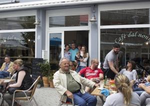 """Vor der neuen Espressobar """"Café dal nonno"""" genießen die Gäste italienische Lebensart und die Sonne. In der Tür freuen sich Antonio Nicoli und seine Ehefrau Petra sowie die zwei Töchter mit ihren Söhnen über die Neueröffnung. Foto: TME"""