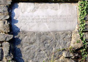 Diesem Grabstein lassen sich keine Personenangaben entlocken. Foto: Lothar Weller
