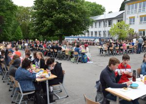 Auf dem Schbulhof, nicht in den Klassen standen gestern die Tische und Stühle - zum großen Schulfrühstück. Foto: TME