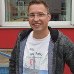Tim Brühland im Shirt von 1997: Seine Stufe ließ sich zum 20-jährigen Abi durch das Gymnasium führen und feierte dann im Tennisheim von Blau-Weiß.