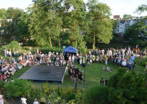 Ein faszinierendes Schauspiel bot sich den Besuchern gestern Abend im Angergarten. Foto: TME
