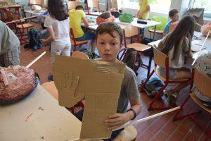 Jason und seine Hand aus Pappe.