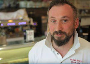 """Auch Robert Profita vom Eiscafé """"Dolce Vita"""" kommt zu Wort. Er fürchtet, Mitarbeiter entlassen zu müssen. Screenshot: YouTube"""