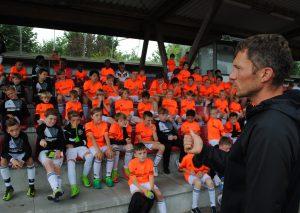"""Fortuna-Kapitän Oliver (""""Olli"""") Fink beantwortete die Fragen der Kinder auf dem Erbacher Berg. Foto: TME"""
