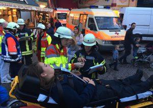 Eine Patientin wird von den Rettungskräften versorgt - zum Glück nur eine Übung. Foto: Feuerwehr Haan