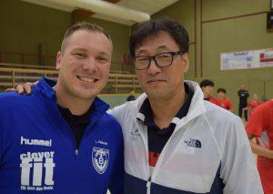 Lars Faßbender und sein koreanischer Kollege Jae Won Kang, der 1989 Welthandballer war. Auch das bleibt Faßbender in Erinnerung.