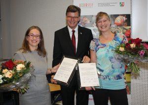 Kreisdirektor Martin M. Richter zeichnete Susanne Schönefuß (l.) und Monika Rohde im Mettmanner Kreishaus mit dem U-Brief aus. Foto: Kreis Mettmann
