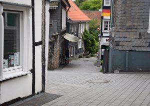 Anwohner von Wiedenhofer Straße und Kirchplatz beklagen sich über Lärmbelästigung, die von einem Café ausgehen soll. Foto: TME