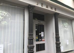 Die Vorhänge bleiben zu - das Jeans-Geschäft von Jochen Sickelmann ist dauerhaft geschlossen. Foto: TME