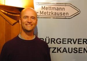 Gregor Neumann (l.), Vorsitzender des Bürgervereins Metzkausen, begrüßte gestern Bastien Angemeer beim Bürgerstammtisch. Foto: TME