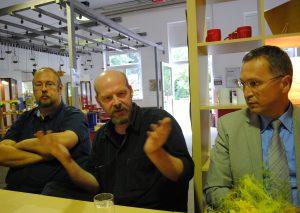 Kino-Veranstalter Mark Rieder (Mitte) mit Matthias Freund (l.) von der WüRG und Rainer Ritsche, Erster Beigeordneter der Stadt Wülfrath. Foto: TME