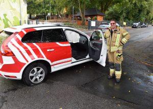 Airbags ausgelöst, ein Reifen zerstört: Guido Großmann vor dem beschädigten Einsatzfahrzeug der Wehrleitung. Foto: TME