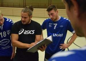 TBW-Coach Christian Paul  in einer Auszeit im Dialog mit seinen Spielern. Foto: TME