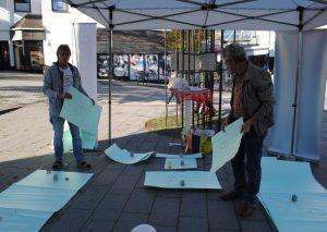 """Martin Sahler (r.) und Heiko Richartz von der Caritas versuchten, möglichst viele """"Möbel"""" unterzubringen. Foto: TME"""