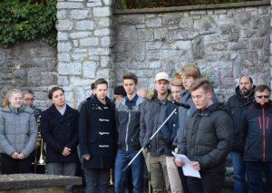 Schüler der FASW trugen auf der Gedenkfeier heute ein Gedicht von Jörg Zink vor. Foto: TME