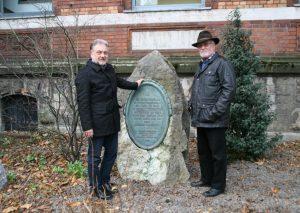 Bürgermeister Thomas Dinkelmann und Altbürgermeister Ottokar Iven am Seminaristen-Gedenkstein. Foto: Stadt Mettmann