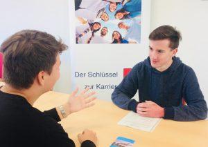 Lennart und Nils simulieren ein Vorstellungsgespräch. Foto: Kreis Mettmann