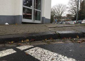 Der Bordstein an der Ecke Goethestraße / Düsseldorfer Straße ist kaum abgesenkt. Foto: TME