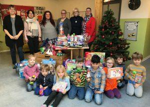 Die Kinder und Erzieher mit den Spenden. Foto: Stadt Mettmann