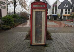 Ramponiert: Die englische Telefonzelle - der Bücherschrank am Wareplatz - muss saniert werden. Foto: TME