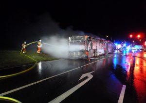 Der Bus kurz vor Abschluss der Löscharbeiten Foto: Feuerwehr Heiligenhaus
