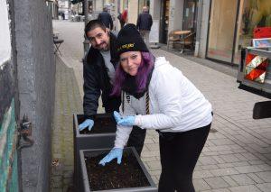 Christine Rick und Emanuele Berardi hübschten die Pflanzkästen in der Fußgängerzone auf. Foto: TME