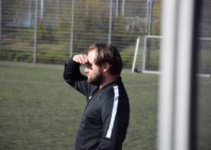 FCW-Coach Sebastian Saufhaus hat besorgt heute aufs Spiel geschaut. Foto: TME