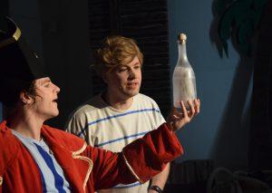 Käpt'n Sharky und Michi entdecken eine Flaschenpost. Foto: TME