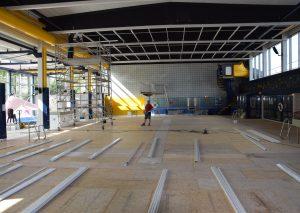 Arbeitsfläche statt Schwimmbecken: In der Wasserwelt wird eine Akustikdecke eingebaut. Foto: TME