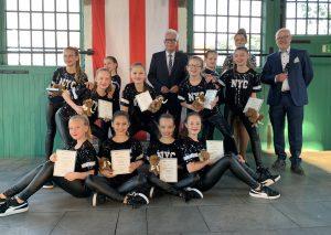 """Landrat Thomas Hendele ehrte die """"Power Dancers"""". Foto: Kreis Mettmann"""