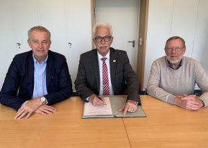 Landrat Thomas Hendele (M.), der Vorsitzende des Naturschutzvereins Neandertal Prof. Dr. Gerd-Christian Weniger (l.)  und Vereinsgeschäftsführer Otto Kahm unterzeichneten den Vertrag. Foto: Kreis Mettmann
