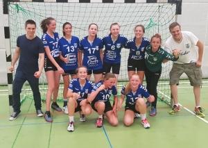 So sehen Oberligisten aus: die weibliche TBW-C-Jugend mit ihren Trainern Marc Ditzen (l.) und Christian Schmitz. Foto: privat